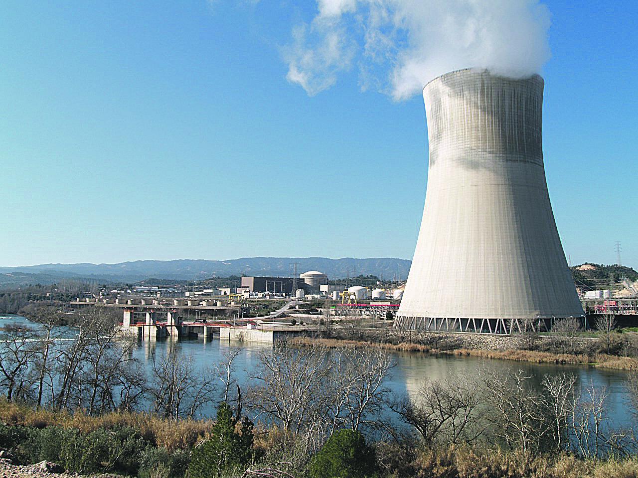 Els dos reactors nuclears d'Ascó, refrigerats amb aigua de l'Ebre
