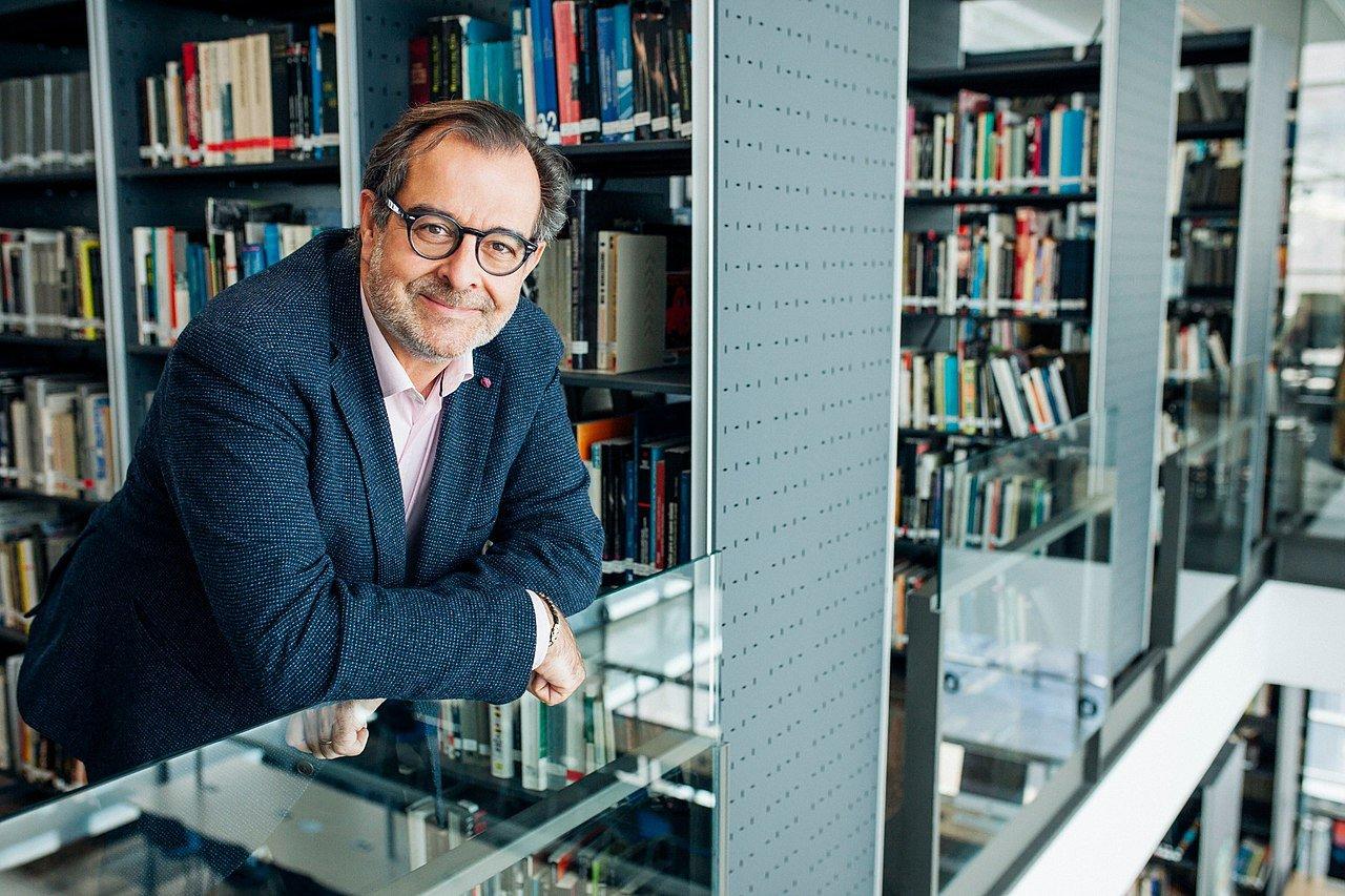 El nuevo director del Periódico, en la biblioteca de la Universidad Ramo