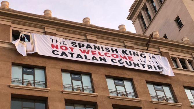 Pancarta de prostesta contra el rei en els actes del 17-A