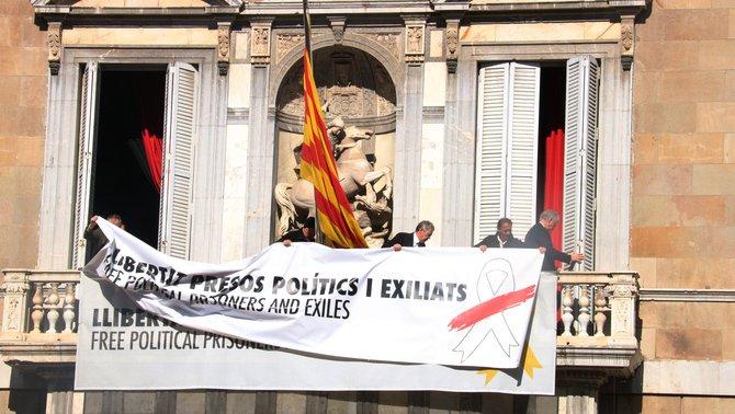 La nueva pancarta colgada en el balcón del Palau de la Generalitat