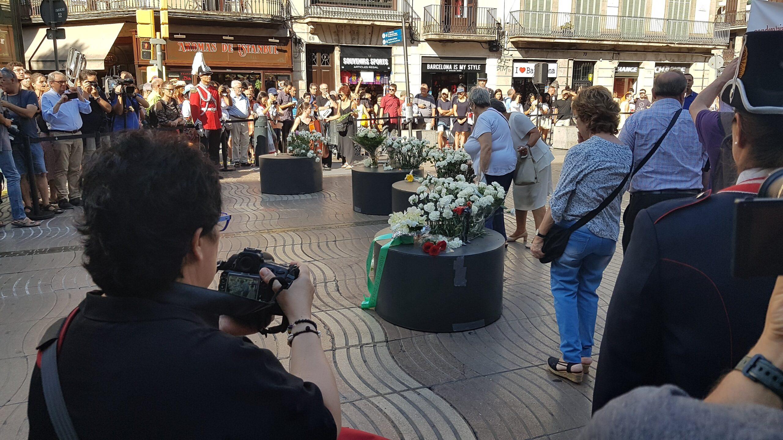 Dipositen flors a La Rambla en record de les víctimes de l'atemptat d