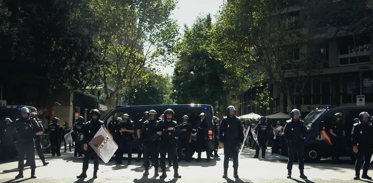 Agentes policiales ante la sede de la CUP el 20 de septiembre de 2017