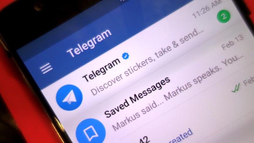 Pantalla d'un telèfon mòbil connectat a Telegram
