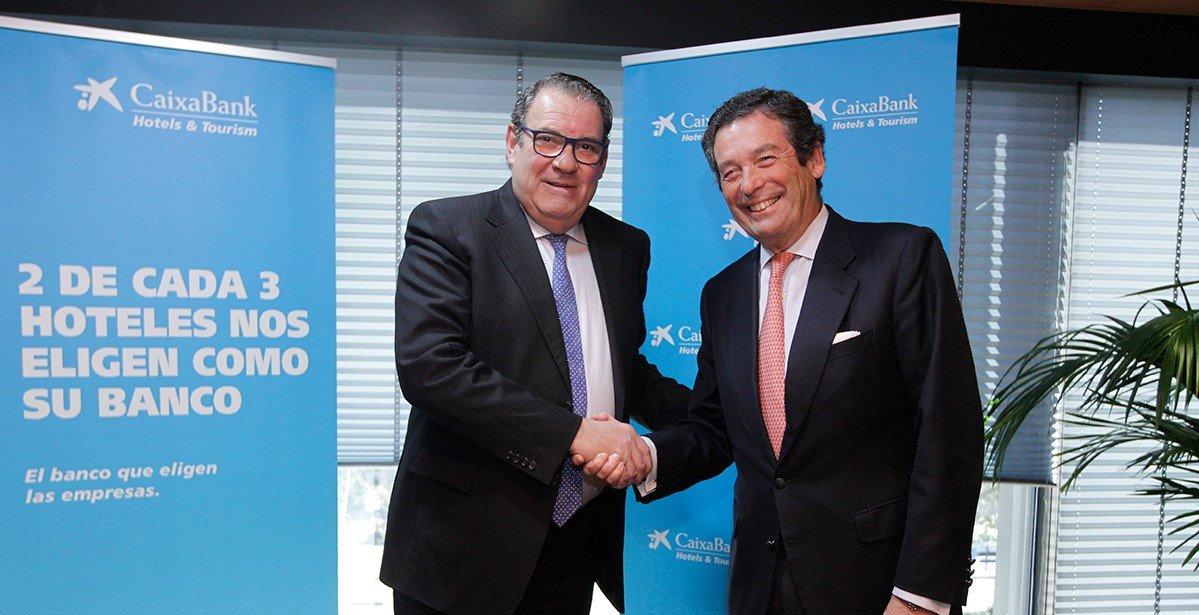 El presidente de la Confederación Española de Hoteles y Alojamientos Turísticos, Juan Molas, y el director ejecutivo de Banca de Empresas de CaixaBank, Luis Cabanas