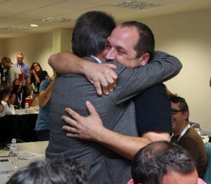 Mas i Fernandez abraçada