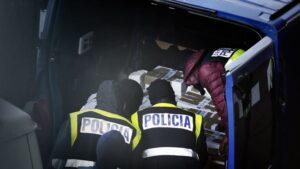 Agentes Policía Nacional interceptando documentos de los Mozos