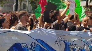 Manifestantes en defensa de la selva amazónica delante del consulado de Brasil