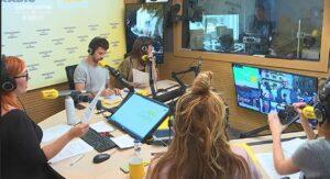 Emisión del programa 'Apocalipsi' desde un estudio de Catalunya Ràdio