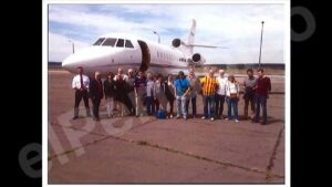 Fotografia difosa per 'El Periódico' amb el grup de convidats a veure