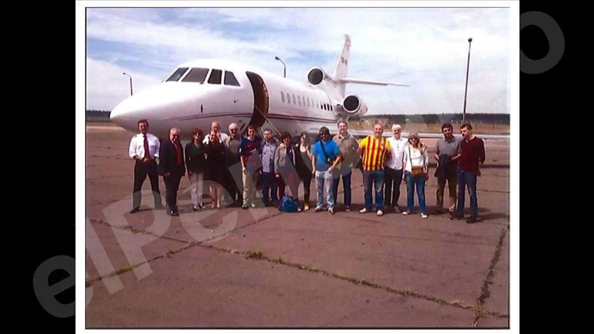 Fotografía difundida por 'El Periódico' con el grupo de invitados a ver