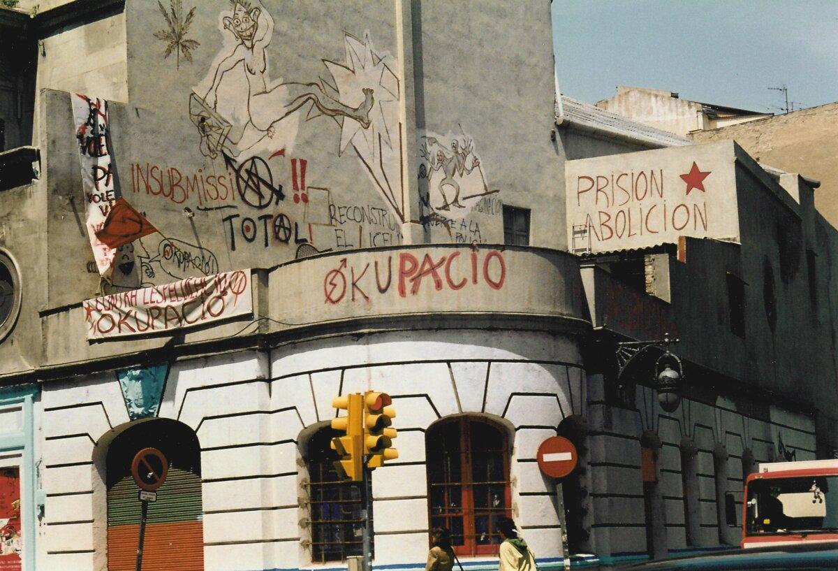 Un teatro okupado y convertido en vivienda en Barcelona