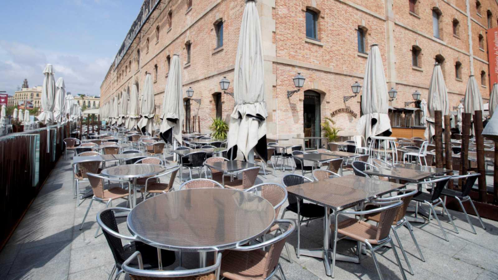 Las mesas de la terraza del restaurante def Palau de Mar, en Barcelona,