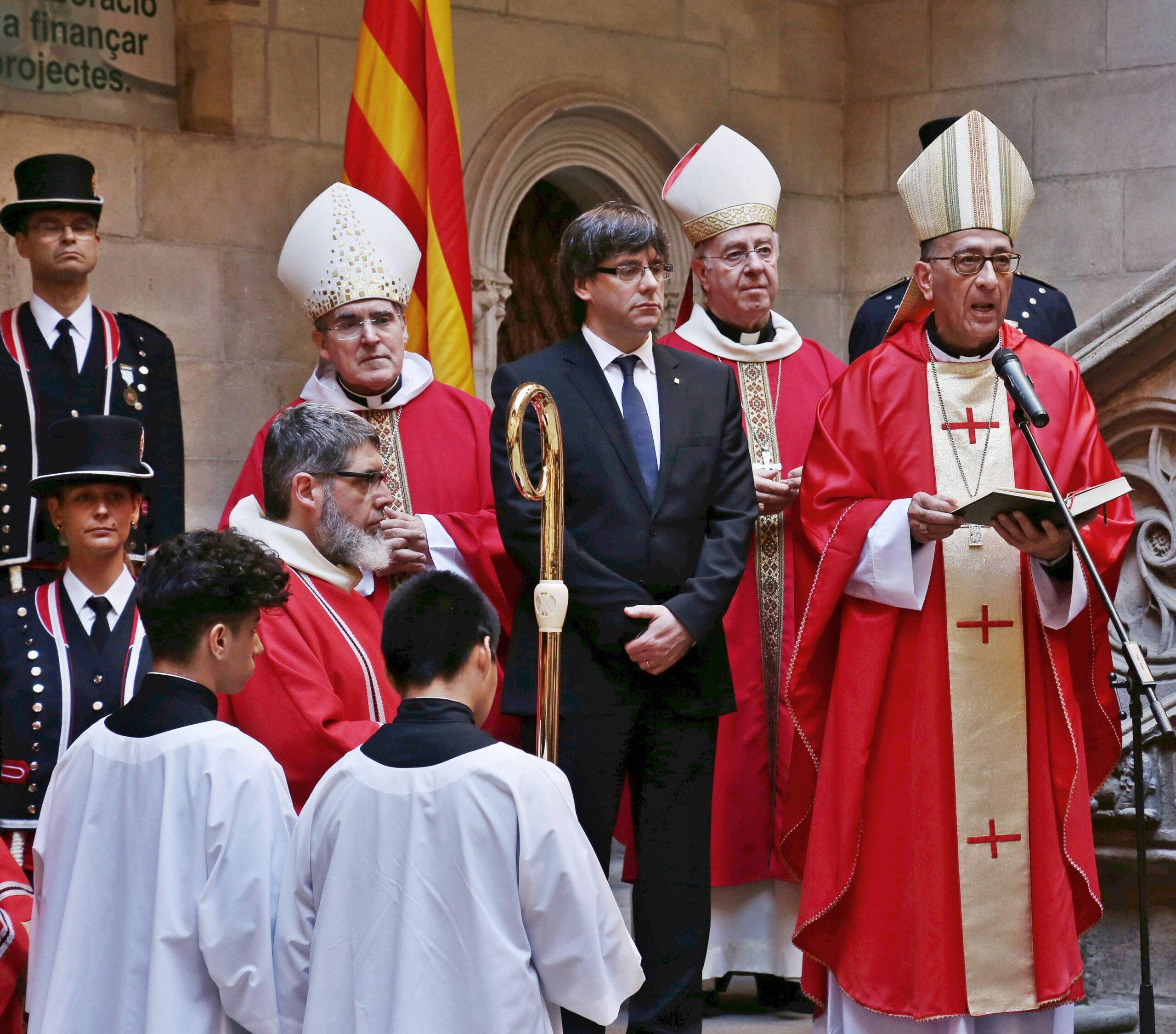 Carles Puigdemont i Joan Josep Omella, en una cerimònia cristiana al