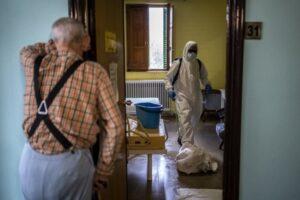 Bombers desinfecten una habitació d'una residència de gent gran