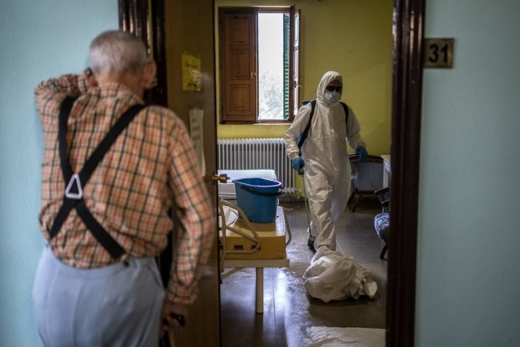 Bomberos desinfectan una habitación de una residencia de ancianos
