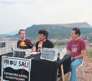 Arnau Carné (BDS), Jordi Iborra (Prou Sal) i Jordi Badia (MontSalat), amb l'escombrera del Cogulló al fons