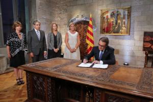Artur Mas, firmando la convocatoria de elecciones de 2015