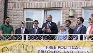 Quim Torra, dando un discurso ante el domicilio de Carles Puigdemont en Waterloo