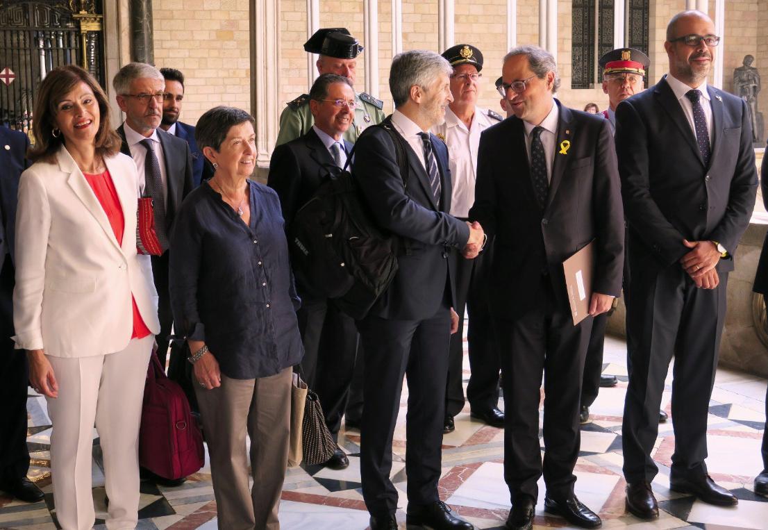 Apretón de manos entre el ministro Grande-Marlaska y el presidente Torra