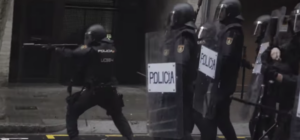Els agentes policials, disparant bales de goma l'1-O