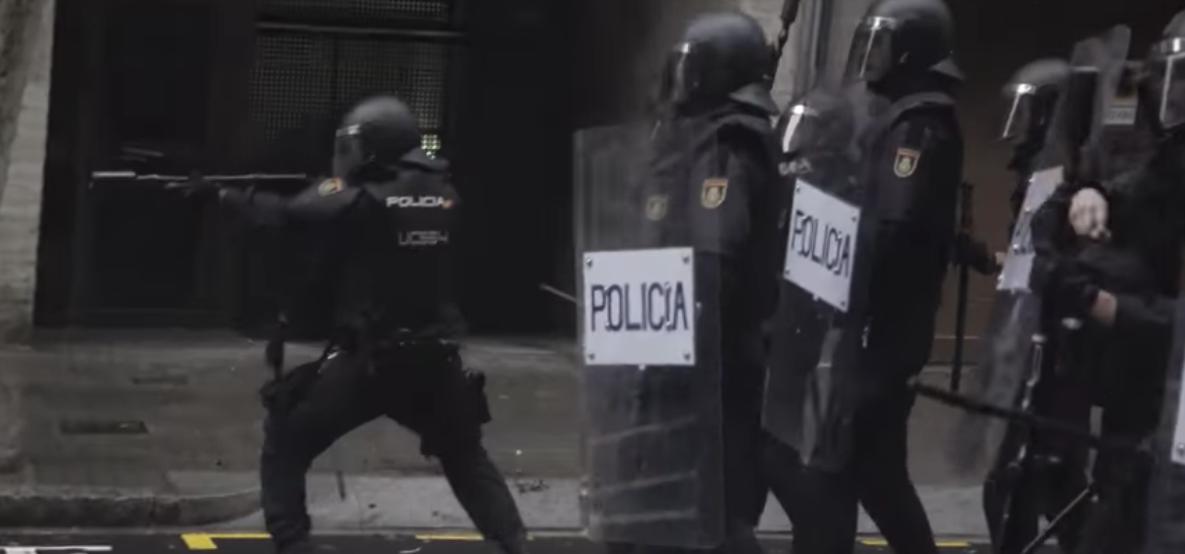 L'1-O, los agentes policiales dispararon balas de goma delante del colegio Ramon Llull de Barcelona