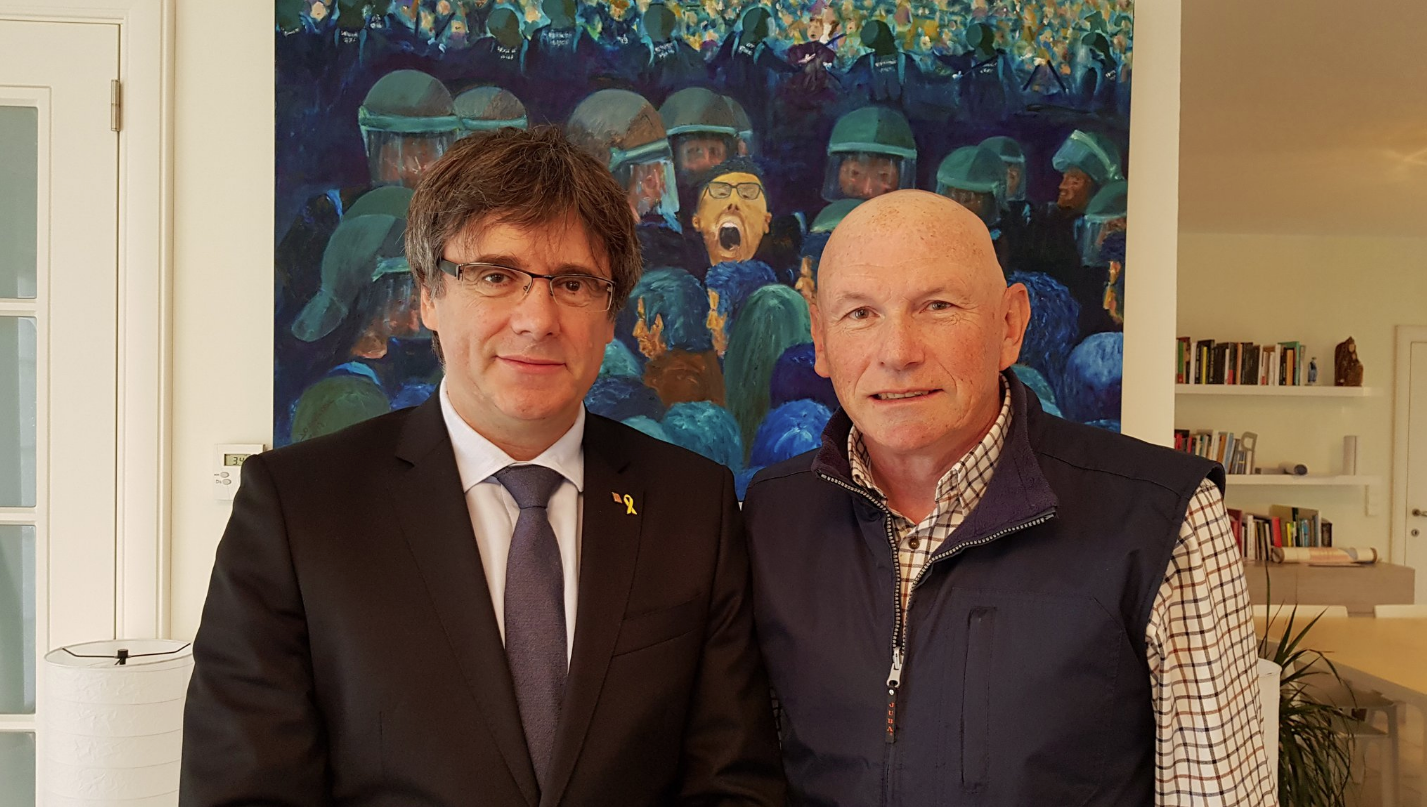 Carles Puigdemont, acompañado del exlehendakari Juan José Ibarretxe