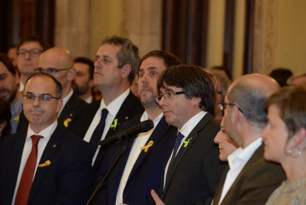 Puigdemont y Junqueras, el 27 de octubre del 2017, en las escaleras del Parlamento de Cataluña