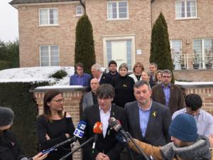 Puigdemont, atendiendo a los medios después de reunirse en Waterloo con la ejecutiva de la AMI