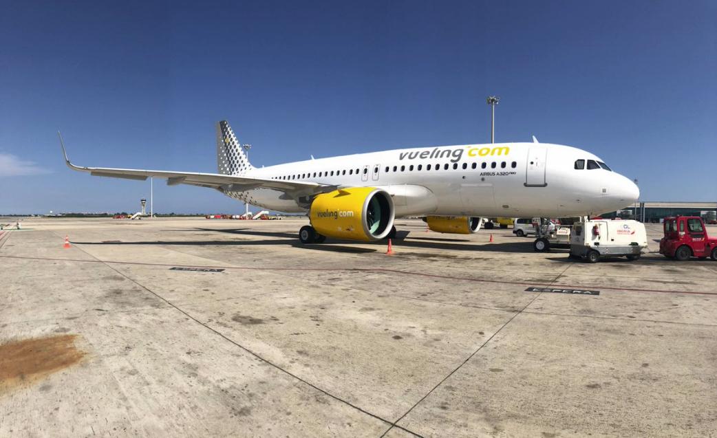 Un avión de Vueling en el aeropuerto del Prat