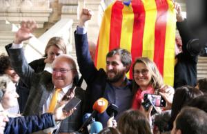 Toni Comín, entre Lluís Puig i Meritxell Serret