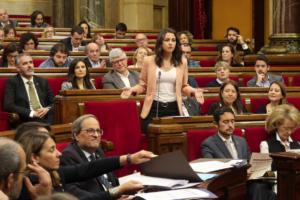 Inés Arrimadas, hasta ahora jefa de la oposición, y el presidente Quim Torra, en el Parlamento catalán