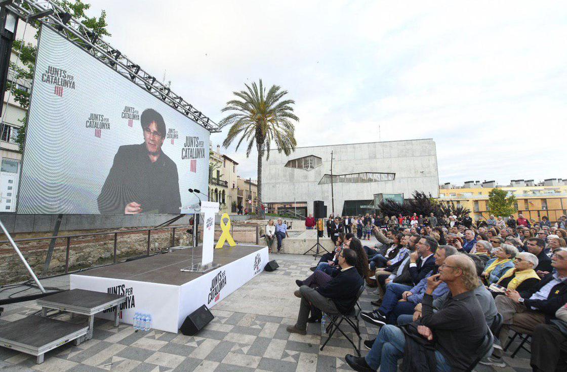 Puigdemont, interviniendo por videoconferencia durante la campaña de Jx