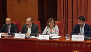 Núria Llorach, en el Parlamento catalán, acompañada de Vicent Sanchis y Saül Gordillo