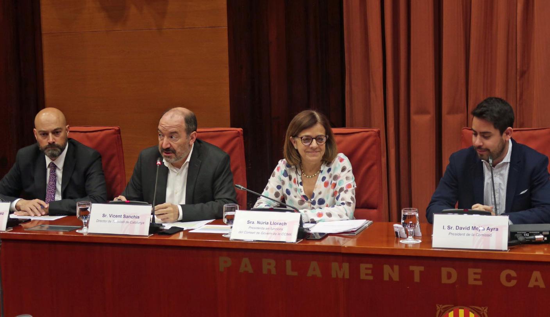 Núria Llorach, al Parlament, acompanyada de Vicent Sanchis i Saül Go