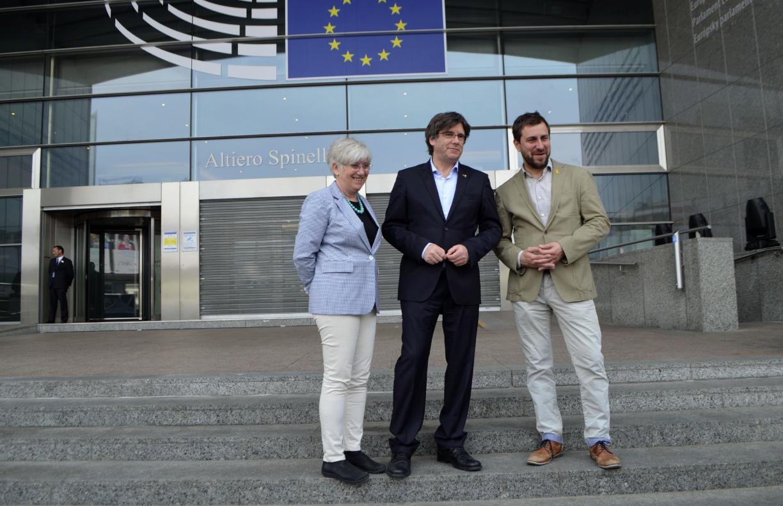 Carles Puigdemont, amb Toni Comín i Clara Ponsatí