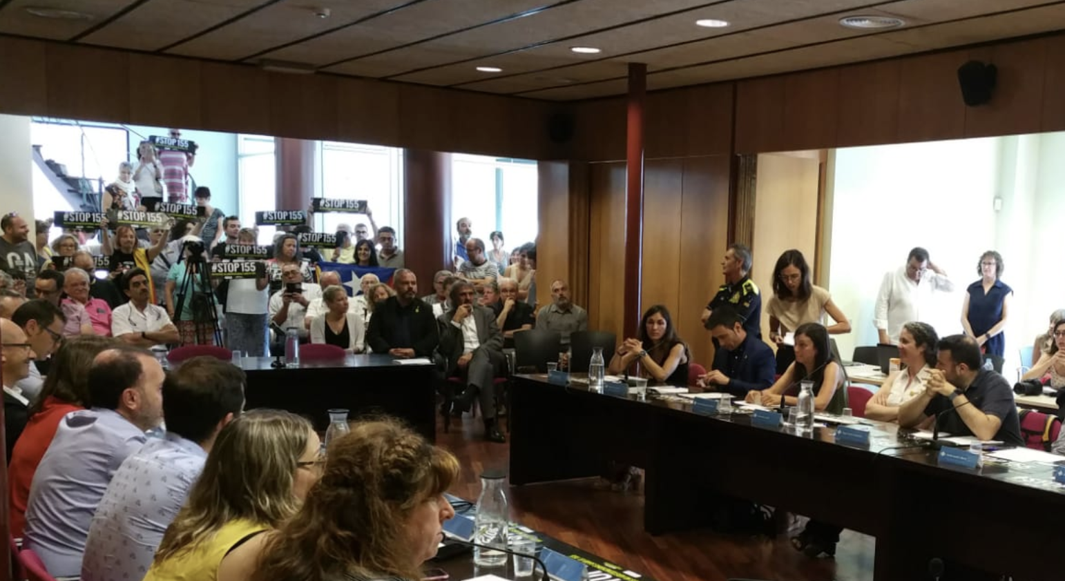 Protestes pel pacte de JxCAt i el PSC al Consell Comarcal del Ripollès