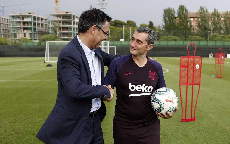 Josep Maria Bartomeu, saludando al entrenador del primer equipo de fútbol, Ernesto Valverde
