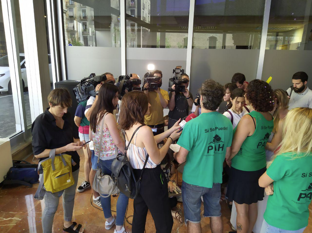Activistas de la PAH, en el vestíbulo del Ayuntamiento de Barcelona