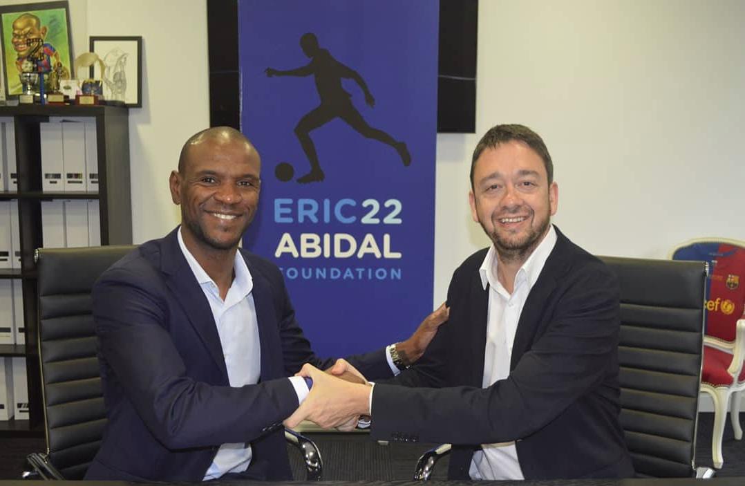 Apretón de manos de Abidal, en representación de su fundación, con Ernest Folch, director de 'Sport', en abril