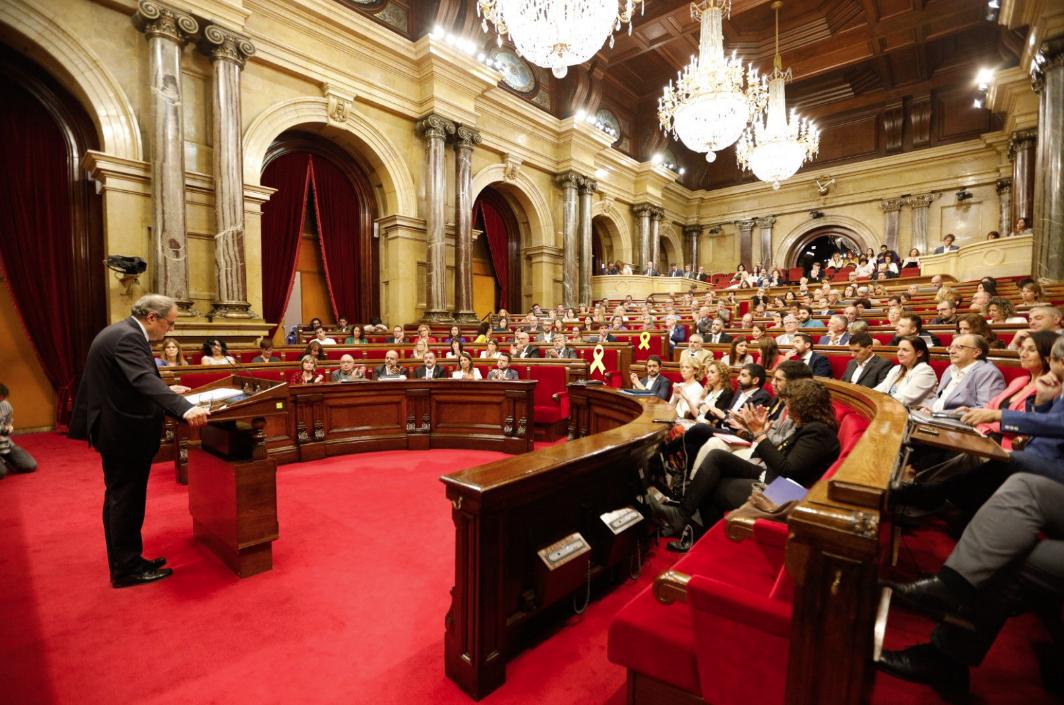 Torra, ante su gobierno y los diputados del Parlamento catalán