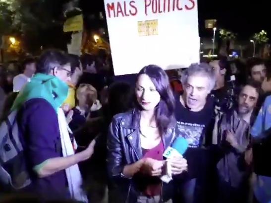 La periodista de Telecinco, envoltada de manifestants