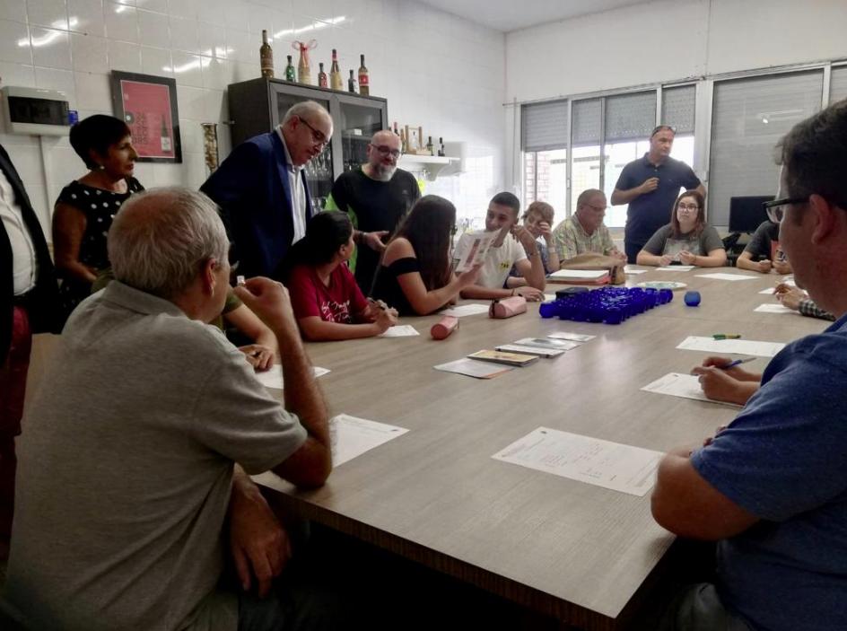 El consejero de Educación, Josep Bargalló, visitant una escola de le