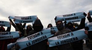 Activistas de Tsunami Democràtic, taponando la AP-7 con la cara tapada