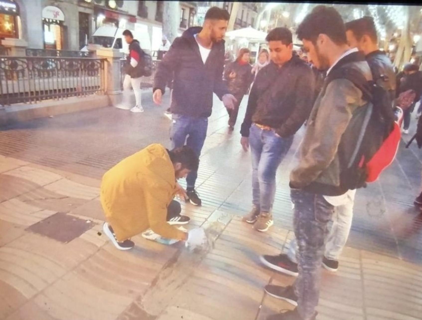 Un hombre tapa con cemento el homenaje a las víctimas del 17-A