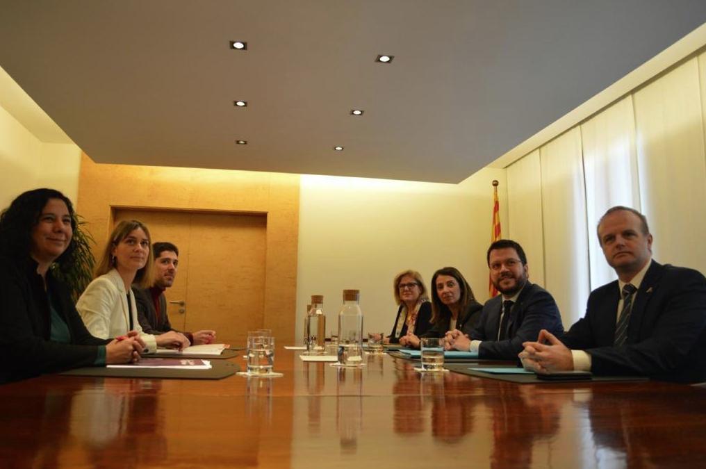 Aragonès y Budó, en representación del 'govern', y Albiach, de los comunes, han presentado el acuerdo