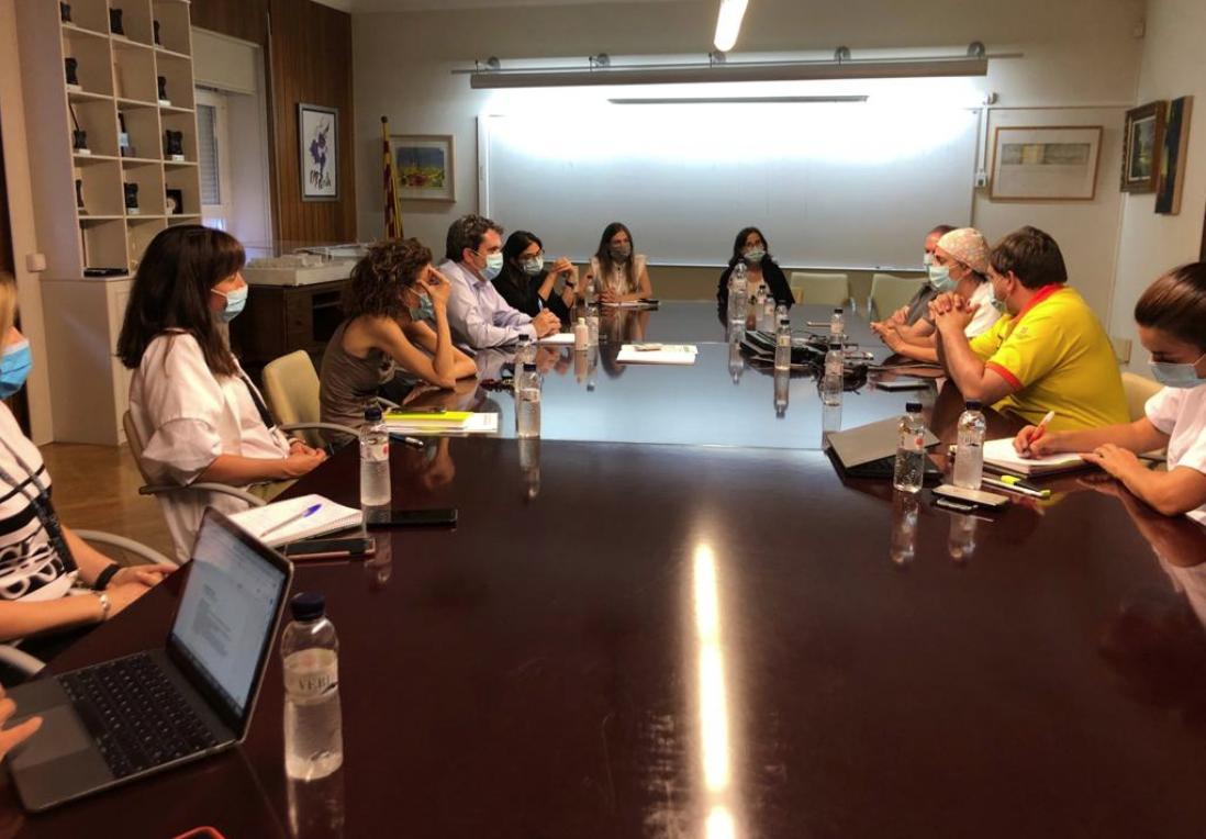 Reunión del director del CatSalut, Adrià Comella, con profesionales