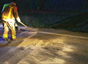 Un bombero de Castellar del Vallès limpia la carretera dic...