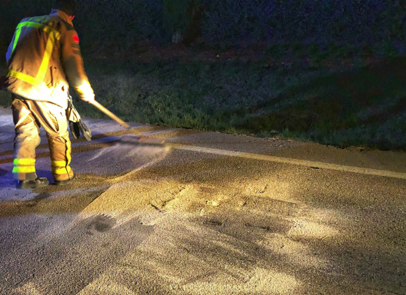 Un bomber de Castellar del Vallès neteja la carretera des...