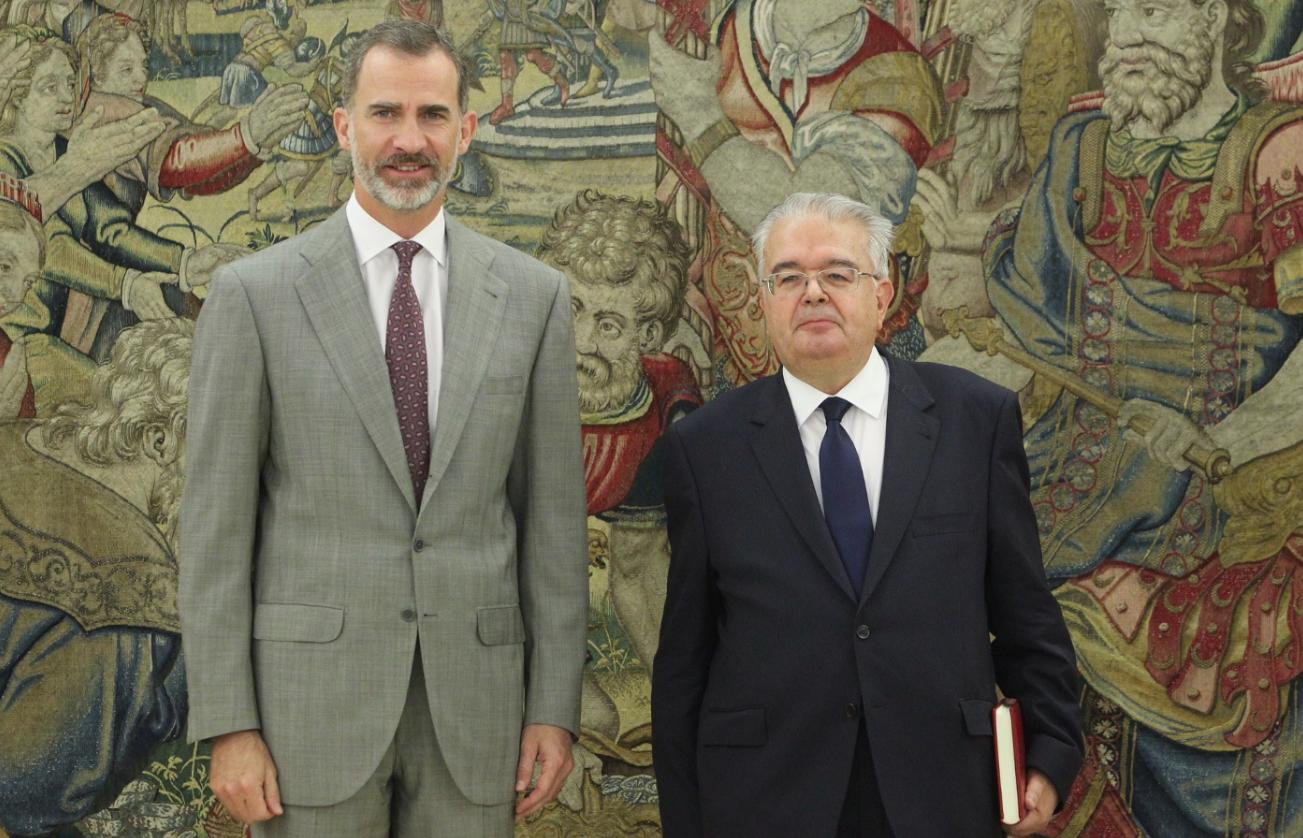 El rey Felipe VI y el presidente del TC, Juan José González Rivas