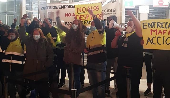 Protesta d'empleats d'Acciona a les portes de Nissan